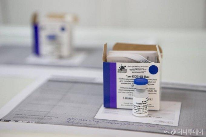 [모스크바=AP/뉴시스]15일(현지시간) 러시아 모스크바에서 실험용 스푸트니크 V 코로나바이러스 백신이 보인다. 러시아 보건 당국은 위약 조절(placebo-control)이 가능한 4만 명의 무작위 지원자들을 대상으로 이 백신에 대한 시험에 착수했다고 밝혔다. 러시아의 코로나19 누적 확진자 수는 107만3849명, 사망자는 1만8785명으로 집계됐다. 2020.09.16.