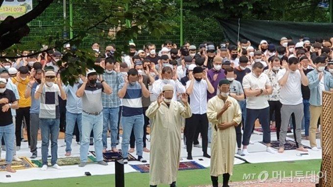 [청주=뉴시스] 임선우 기자 = 지난 달 31일 충북 청주시 흥덕구 복대동 신율봉공원에서 열린 이슬람 종교행사. 지난 3~4일 청주에서 신종 코로나바이러스 감염증(코로나19) 확진 판정을 받은 우즈베키스탄인 5명이 이 행사에 참석한 것으로 알려졌다. (사진=SNS 캡처) 2020.08.05.   photo@newsis.com