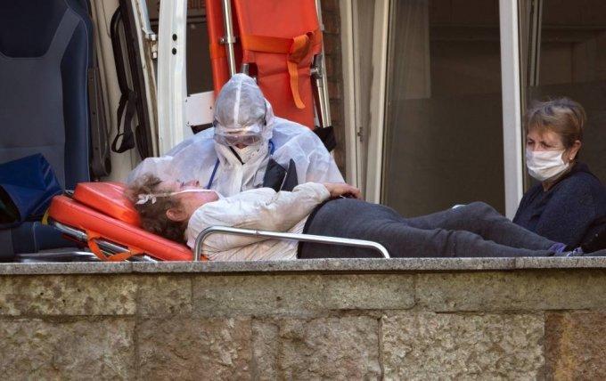 24일(현지시간) 러시아 상트페테르부르크에서 한 응급 의사가 코로나19 확진 환자를 병원으로 이송하고 있다. 러시아 보건당국은 코로나19 일일 신규 감염자가 6595명으로 7월 이후 하루 최고 증가치를 기록했다고 밝혔다. 러시아의 코로나19 누적 확진자 수는 112만8836명, 사망자는 1만9948명으로 집계됐다. 2020.09.25./사진=[상트페테르부르크=AP/뉴시스]