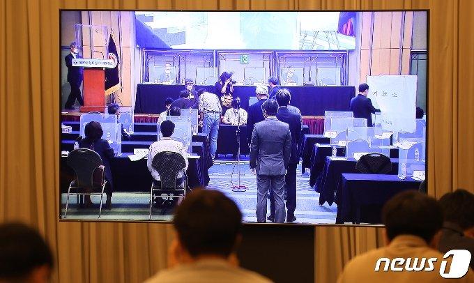 [사진] 최대집 의협 회장 불신임안 투표하는 대의원들