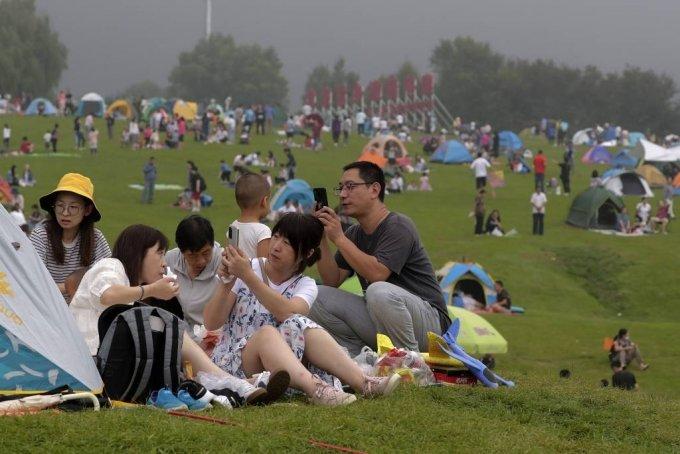 30일 중국 베이징 외곽 옌칭에서 야영을 즐기는 사람들이 휴대전화로 사진을 찍고 있다. 중국 국가위생건강위원회는 전날 발생한 코로나19 신규 확진자는 17명이며 이들은 모두 해외에서 유입됐으며 중국 내 본토 감염 사례는 보름째 '0'을 기록하고 있다고 31일 밝혔다. 2020.08.31./사진=[베이징=AP/뉴시스]