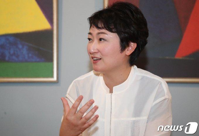 이언주 전 미래통합당(국민의힘 전신) 의원이 22일 오후 부산 부산진구 서면의 한 카페에서 뉴스1과 인터뷰를 하고 있다. 2020.9.27/뉴스1 © News1 여주연 기자