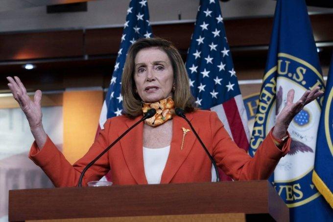 [워싱턴=AP/뉴시스]낸시 펠로시 미 하원의장이 24일(현지시간) 워싱턴 국회의사당에서 기자회견 중 연설하고 있다.