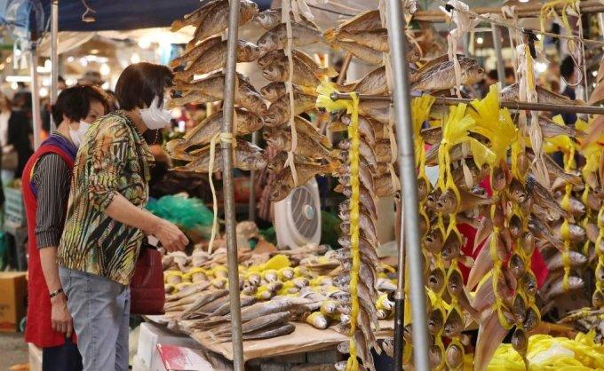 추석 연휴를 이틀 앞둔 28일 오후 서울 동대문구 경동시장을 찾은 시민들이 제수용품을 미리 구입하고 있다. / 사진=김휘선 기자 hwijpg@