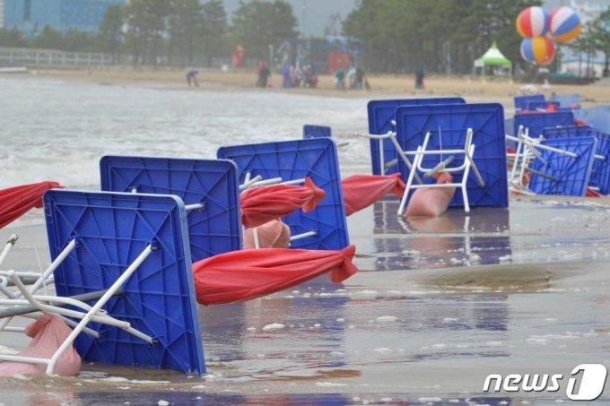 경북 포항시 북구 영일대해수욕장 백사장에 세워져 있던 파라솔들이 너울성 파도에 휩쓸려 넘어져 있다. /사진=뉴스1