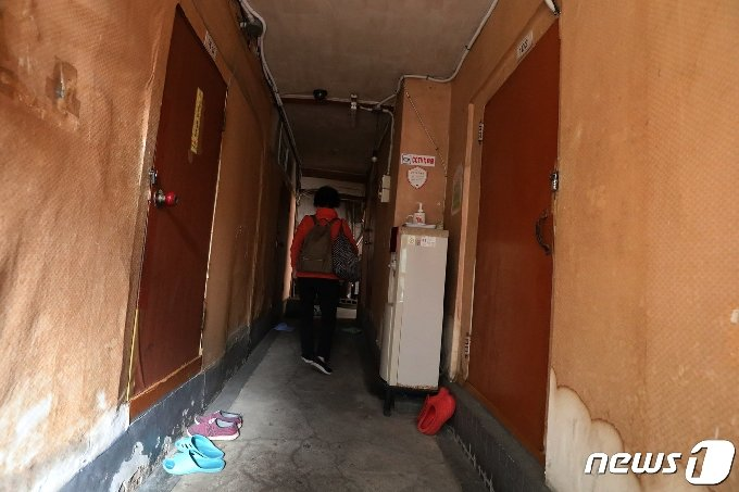추석 연휴를 이틀 앞둔 28일 오후 대구의 한 쪽방촌 여인숙에서 쪽방 생활인이 짐을 챙겨 길을 나서고 있다. 2020.9.28 /뉴스1 © News1 공정식 기자