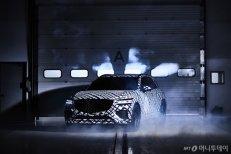 도로서 이런 차 목격하면? 위장필름 감싼 제네시스 'GV70'