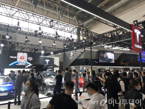 9월28일 2020년 베이징 모터쇼 전시관 내부. 테슬라 전시관은 줄을 서야할 정도로 붐볐다./사진=김명룡
