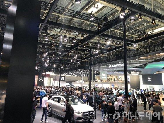 9월28일 2020년 베이징 모터쇼 전시관 내부. 벤츠 전시관은 수많은 사람들로 붐볐다./사진=김명룡