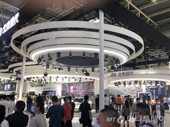 9월28일 2020년 베이징 모터쇼 전시관 내부. 현대차전시관엔 팰리세이드 등 신차에 대해 관람객들이 관심을 보였다./사진=김명룡
