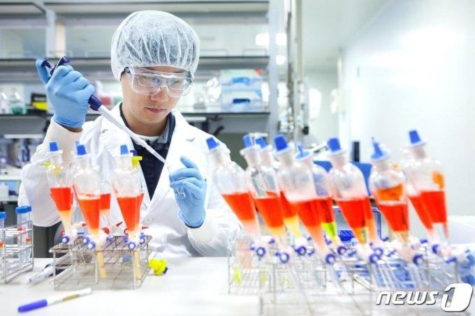SK바이오사이언스 연구원이 백신 생산을 위한 연구를 진행하고 있다. (SK케미칼/바이오사이언스 제공) /사진=뉴스1
