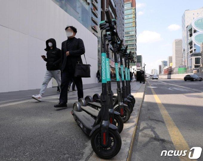 서울 강남역 인근에 공용 킥보드가 배치돼 있다. /사진=뉴스1
