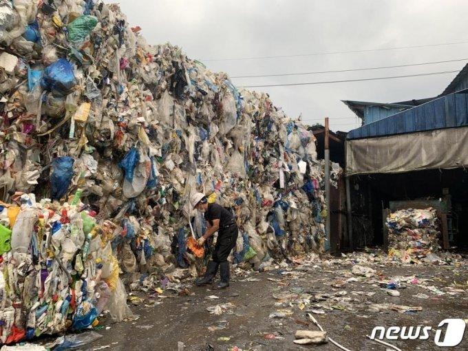 (광주=뉴스1) 정다움 수습기자 = 신종 코로나바이러스 감염증(코로나19)으로 '언택트' 소비가 확산해 재활용 쓰레기가 늘어난 가운데 지난 11일 광주 북구 대촌동 재활용 쓰레기 선별장에서 근로자들이 재활용품 분류작업을 하고 있다.2020.9.13/뉴스1