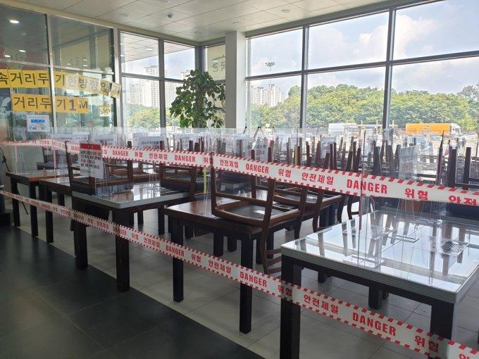 30일 오후 1시쯤 기흥휴게소 식당가에 테이블을 치워둔 모습 /사진=이영민 기자
