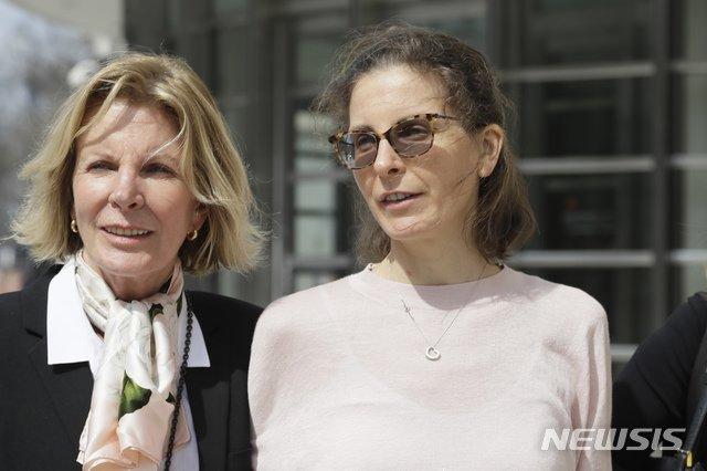 넥시움 범행에 연루된 위스키 제조업체 '시그램'의 상속녀 클레어 브론프먼(오른쪽)이 지난해 4월 브루클린 연방법원을 떠나고 있다. /사진=뉴시스