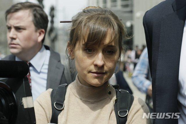 넥시움 범행에 연루된 유명 여배우 앨리슨 맥이 지난해 4월 8일 브루클린 연방법원을 떠나고 있다. /사진=뉴시스