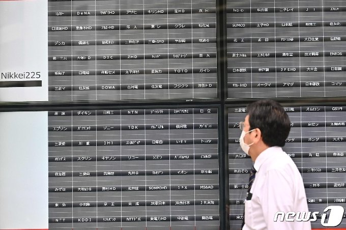 시스템 장애로 거래가 전면 중단된 도쿄증권거래소의 전광판 © AFP=뉴스1