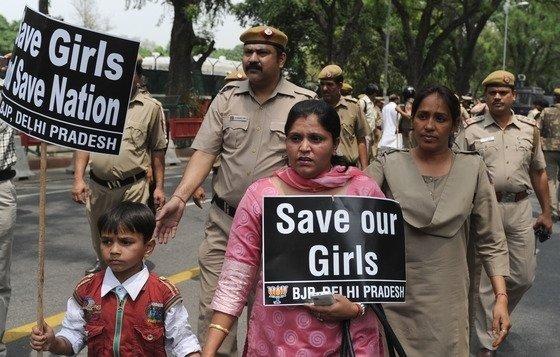 인도 뉴델리에서 시민들이 성폭력 반대 시위를 벌이고 있다. /사진 =뉴스1, AFP