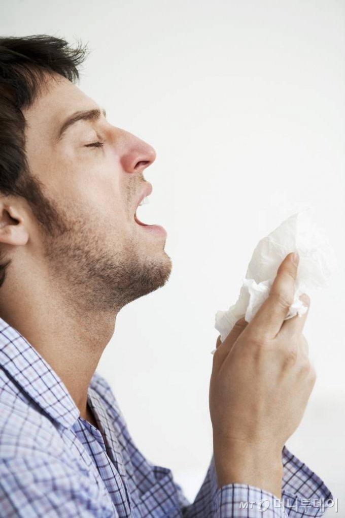 기침 감기 재채기 / 사진제공=이미지투데이