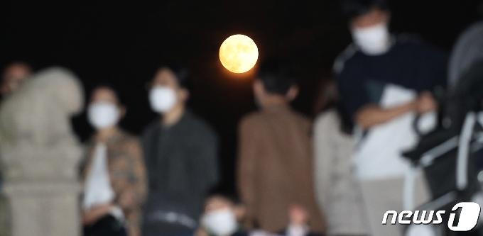 [사진] 코로나 시대 환하게 도심 밝힌 '한가위 보름달'
