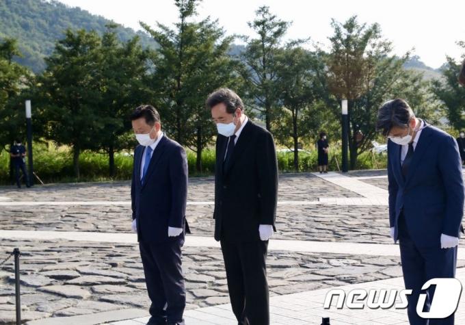 이낙연 대표, 故 노무현 전 대통령 묘소 참배…