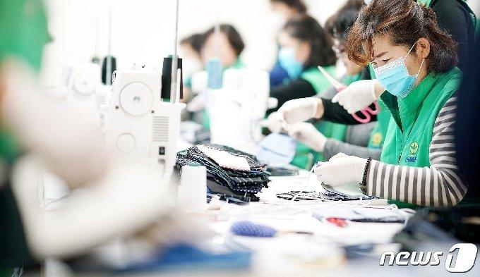 지난 3월12일 오전 제주 서귀포시 정방동 문화의집에서 서귀포시새마을부녀회 회원들이 손수 면마스크를 만들고 있다.(제주도 제공)2020.10.2 /뉴스1© News1