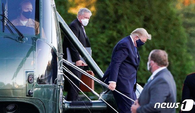 2일(현지시간) 도널드 트럼프 미국 대통령이 월터 리드 군인병원에 도착해 헬기에서 내리고 있다. © 로이터=뉴스1 © News1 박형기 기자