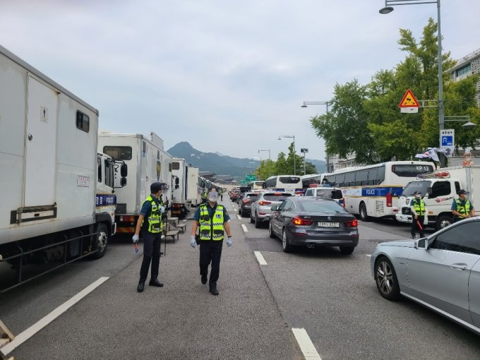 3일 오후 경찰이 서울 종로구 광화문 광장 일대를 교통통제하고 있다. /사진=정한결 기자.