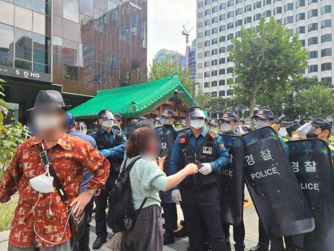 3일 오전 서울 종로구 광화문역 인근에서 경찰과 시위 참가자들이 대치하고 있다. /사진=정한결 기자.