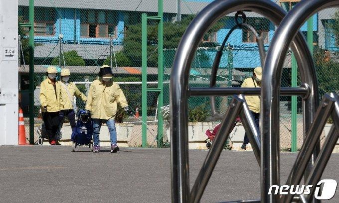 서울 양천구 한 중학교에서 지난달 24일 동사무소 직원들이 나와 방역을 하고 있다./뉴스1 © News1 이동해 기자