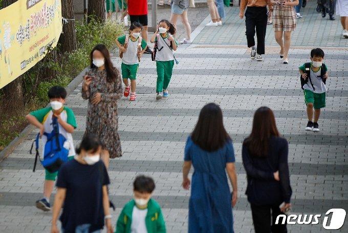 수도권 등교수업이 재개된 지난달 21일 서울시내 초등학교에서 학생들이 하교하고 있다. /뉴스1 © News1 안은나 기자