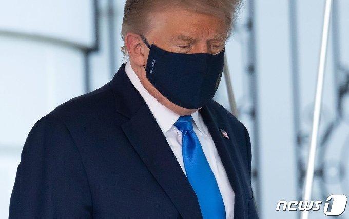 도널드 트럼프 미국 대통령이 2일(현지시간) 코로나19 확진 판정을 받은 후 메릴랜드주 베데스다에 있는 월터 리드 군병원로 이동하기 위해 워싱턴 백악관을 나서고 있다. © AFP=뉴스1 © News1 우동명 기자