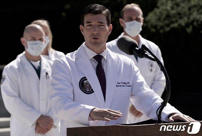 숀 콘리 트럼프 대통령 주치의가 3일(현지시간) 월터 리드 육군병원에서 트럼프 대통령의 현재 상태에 대해 브리핑하고 있다. © 로이터=뉴스1 © News1 박형기 기자