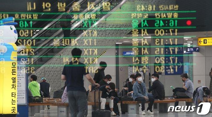 추석 연휴를 하루 앞둔 29일 오후 부산역 대합실이 한산한 모습을 보이고 있다. 2020.9.29/뉴스1 © News1 여주연 기자