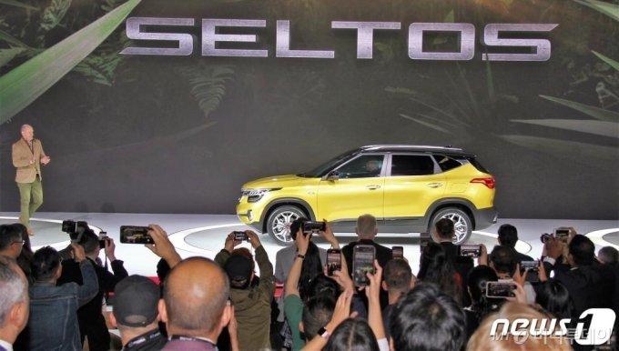 20일(현지시각) 미국 캘리포니아주 로스앤젤레스 컨벤션센터에서 열린 '2019 LA 오토쇼'에 기아자동차의 하이클래스 소형 SUV '셀토스'가 공개되고 있다. (기아차 제공) 2019.11.21/뉴스1