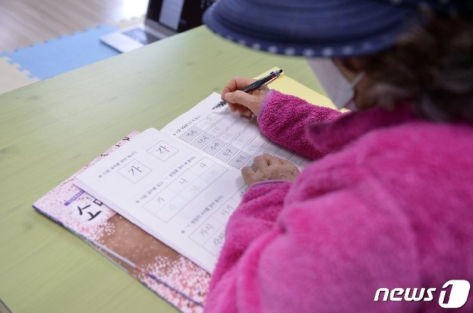574돌 한글날을 이틀 앞둔 8일 오전 광주 북구 우산종합사회복지관에서 한글어 교실 학생 이평자 할머니가 한글 단어를 수업 교재에 따라 적고 있다.2020.10.07 /뉴스1 © News1 정다움 기자