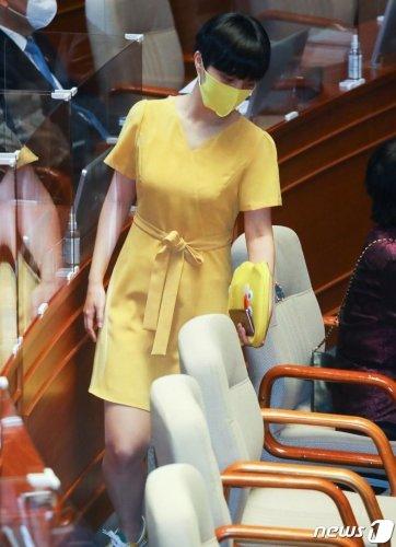 류호정 정의당 의원이 노란색 원피스를 입고 17일 대정부질문에 참석하고 있다. /사진=뉴스1