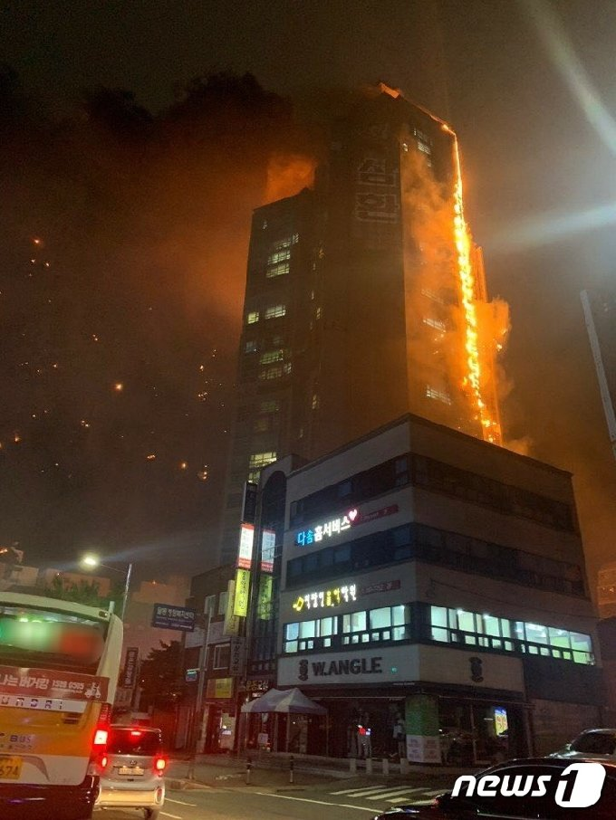 8일 오후 11시 7분쯤 울산 남구 주상복합 아파트에서 대형 화재가 발생해 큰 불길이 치솟고 있다. 이 화재로 주민 수백명이 대피했다.(트위터 캡쳐) 2020.10.9/뉴스1