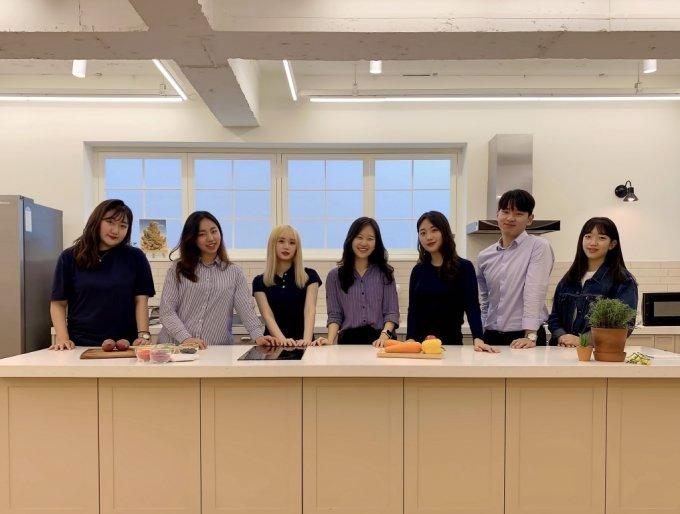 한아름 개로만족 대표(가운데)와 이를 함께 만들어 낸 훌륭한 한국외대 대학생들./사진=개로만족 인스타그램(@gaeman_love)