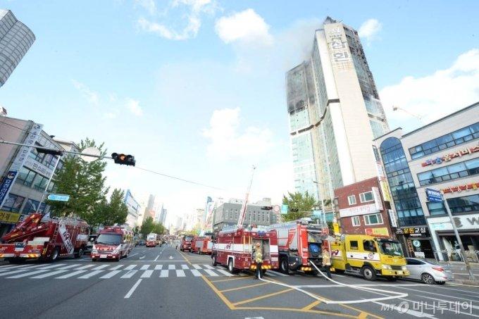 [울산=뉴시스] 배병수 기자 = 지난 8일 오후 11시 7분께 울산시 남구 신정동의 한 33층짜리 주상복합 아파트에서 큰 불이 발생, 9일 소방대원들이 진화 작업을 하고 있다. 2020.10.09.    bbs@newsis.com