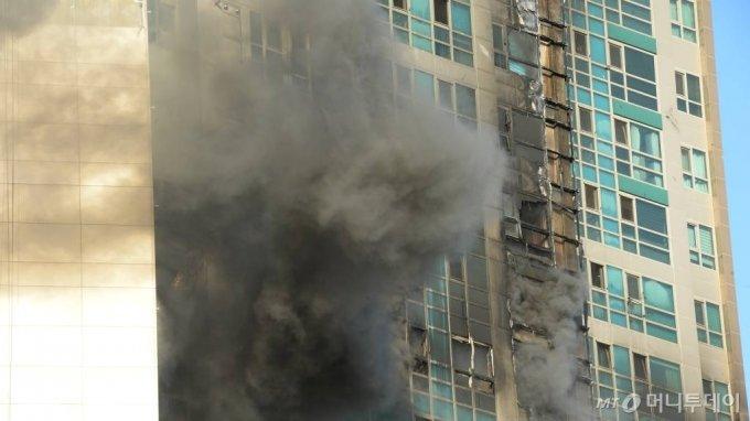 [울산=뉴시스] 배병수 기자 = 지난 8일 오후 11시 7분께 울산시 남구 신정동의 한 33층짜리 주상복합 아파트에서 큰 불이 발생, 검은 연기가 치솟고 있다. 2020.10.09.    bbs@newsis.com