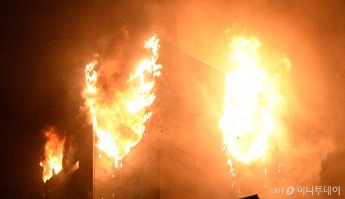 [울산=뉴시스] 배병수 기자 = 지난 8일 오후 11시 7분께 울산시 남구 신정동의 한 33층짜리 주상복합 아파트에서 큰 불이 발생, 불꽃이 치솟고 있다. 2020.10.09.   bbs@newsis.com