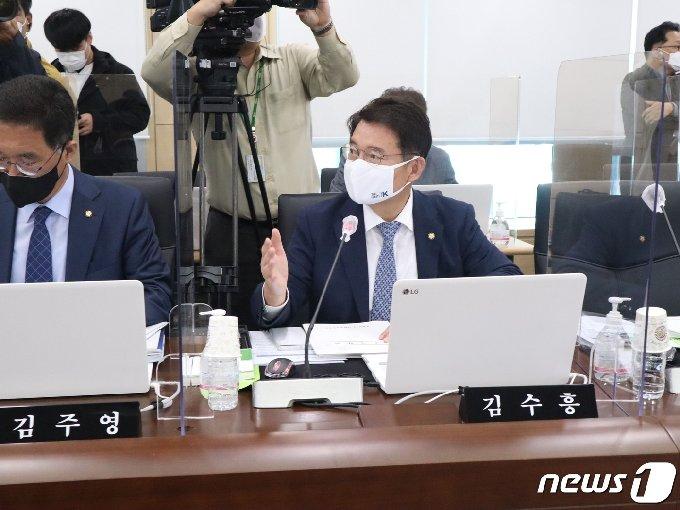 김수흥 더불어민주당 국회의원이 국감에서 질의를 하고 있다./뉴스1