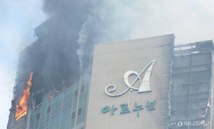 [울산=뉴시스] 배병수 기자 = 지난 8일 오후 11시 7분께 울산시 남구 신정동의 한 33층짜리 주상복합 아파트에서 큰 불이 발생, 9일 꺼져가든 불씨가 강풍으로 되살아나고 있다. 2020.10.09.    bbs@newsis.com