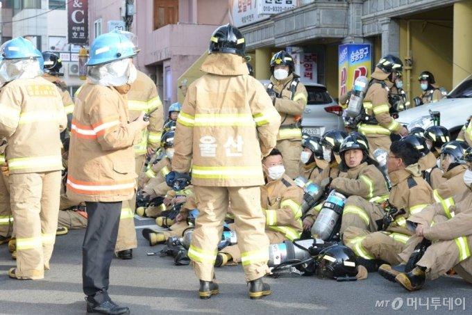 [울산=뉴시스] 배병수 기자 = 지난 8일 오후 11시 7분께 울산시 남구 신정동의 한 33층짜리 주상복합 아파트에서 큰 불이 발생, 9일 소방대원들이 진화작업을 위해 대기하고  있다. 2020.10.09.    bbs@newsis.com