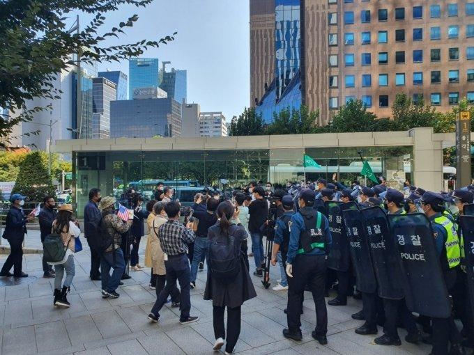 경찰이 광화문광장 방향으로 전진하는 815변호인단 측 관계자들을 막는 모습 /사진=정경훈 기자