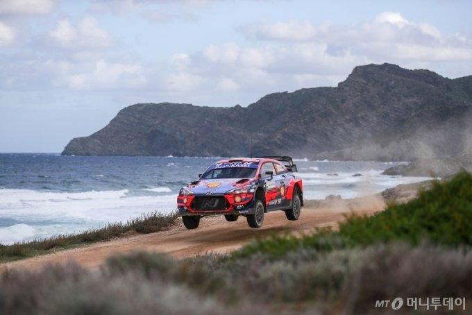 이탈리아에서 열린 '2020 월드랠리챔피언십' 6차 대회에서 현대자동차 'i20 쿠페 WRC' 랠리카가 달리고 있는 모습/사진제공=현대차