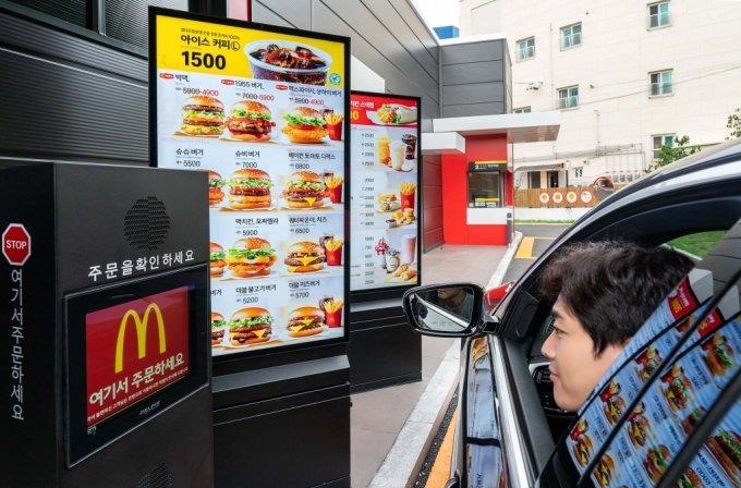 삼성전자 모델이 경기도 고양시의 맥도날드 고양삼송DT(드라이브스루)점에 설치된 삼성 스마트 사이니지를 소개하고 있다. /사진제공=삼성전자