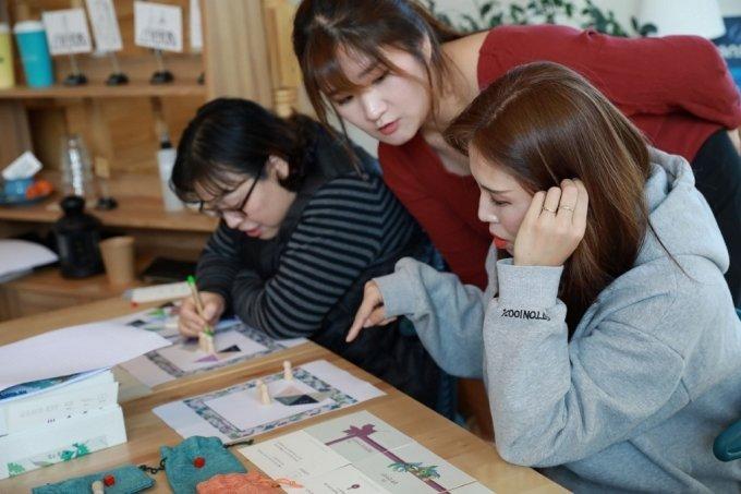 강원도 태백에서 에어비앤비를 운영하는 김도연 호스트이 체험 프로그램을 소개하는 모습. /사진=에어비앤비
