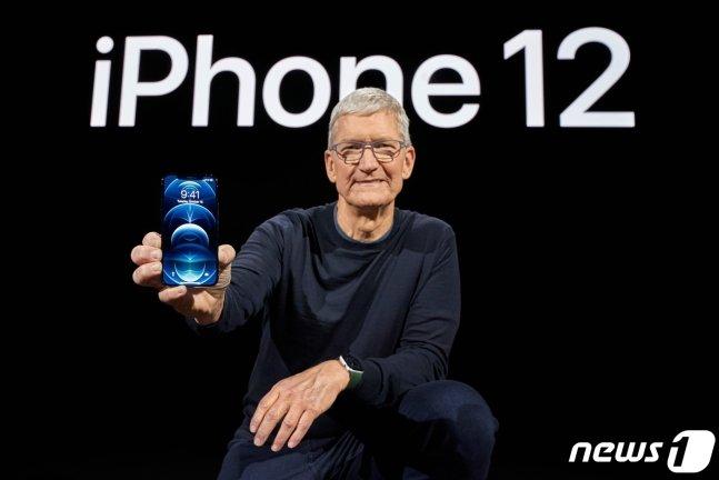 팀 쿡 애플 최고경영자가 13일 아이폰12를 선보이고 있다./ AFP=뉴스1